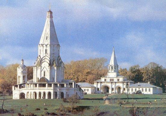 Музей-усадьба Коломенское.  На переднем плане церковь Вознесения.  Начало XVI в.